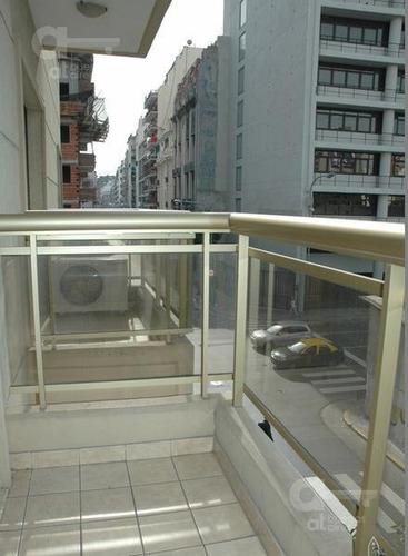monserrat. moderno loft con balcón. alquileres temporarios sin garantías.