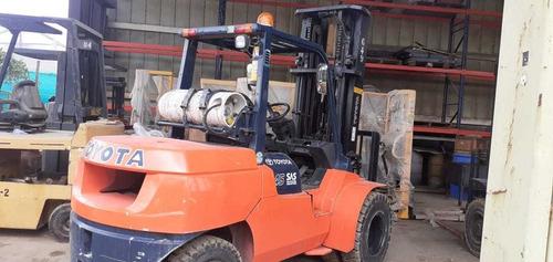montacargas toyota de 4.5 ton. gas gasolina