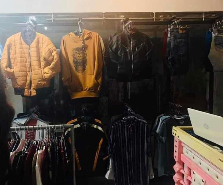 montaje de local de ropa con mercancía incluida.
