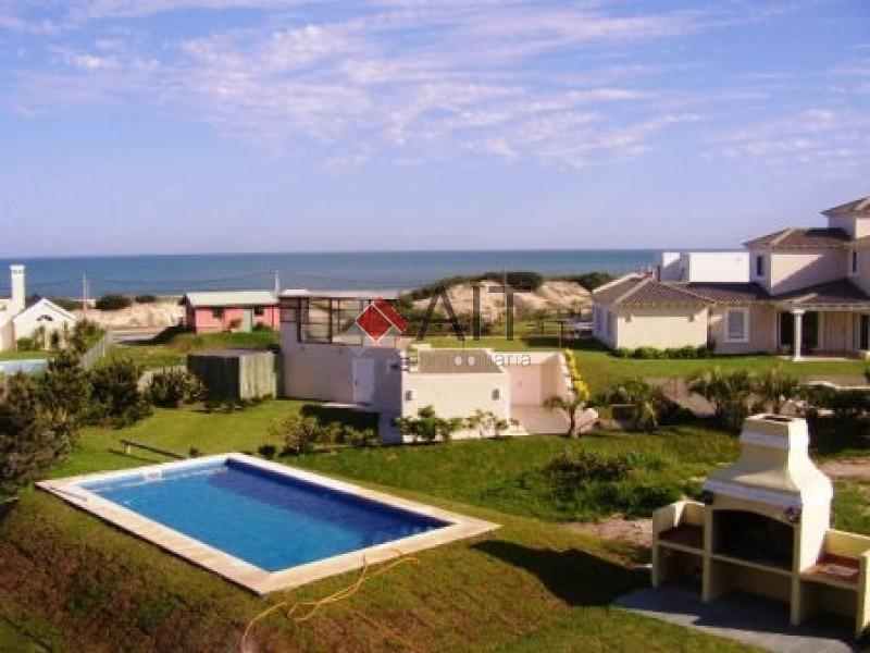 montoya con mas de 3000 m2 de jardin a una cuadra de la playa!!-ref:6100