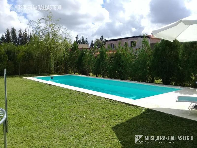 mosquera y gallastegui - hermosa casa de 4 ambientes con parque en la comarca