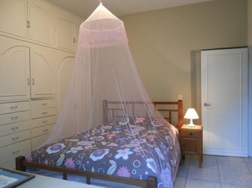 mosquitero tul cubre una cama de dos plazas