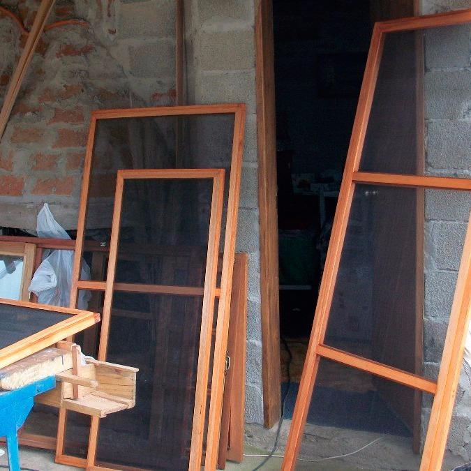 Mosquiteros a medida en madera fabricaci n y colocaci n for Mosquiteros de madera