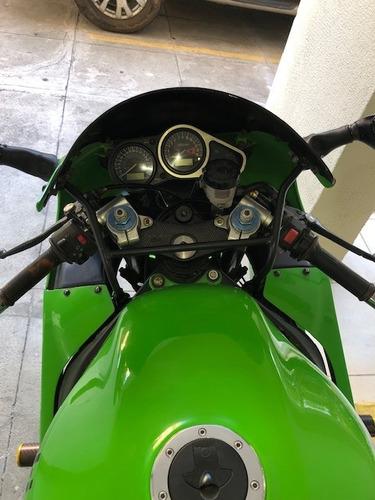 moto de garagem, inteirona pronta para pegar estrada.