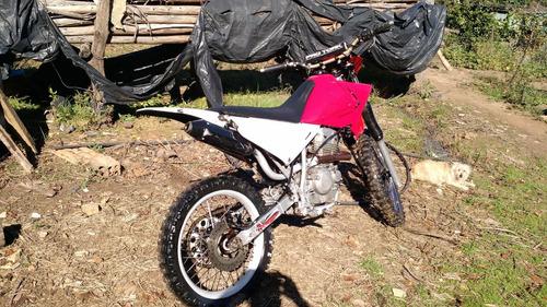 moto de trilha com  motor 250cc