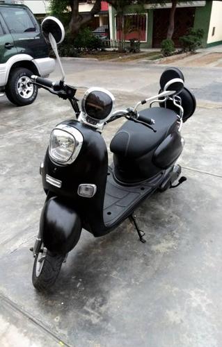moto eléctrica negra vespa