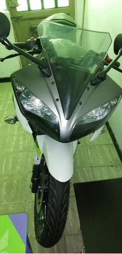 moto r15 deportiva
