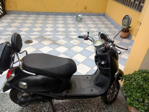 moto scooter eléctrica negra modelo vespa.