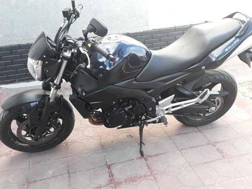 moto suzuki gsr 600 naked.