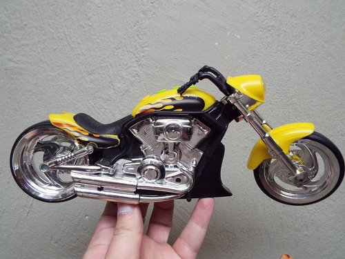 motocicleta a escala 1 a 6 tipo chopper con luces sin marca