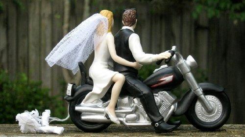motorista de la motocicleta del pastel de bodas por día mág