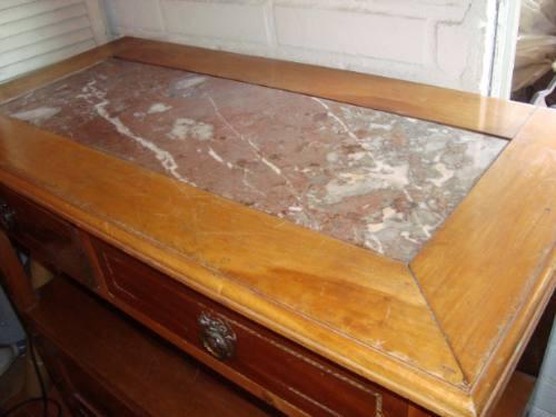 mueble antiguo con cubierta de marmol