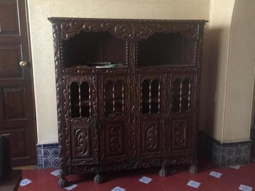 mueble antiguo de madera sólida y labrado