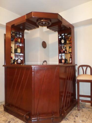 Mueble bar de madera color caoba con 2 sillas e for Mueble bar madera