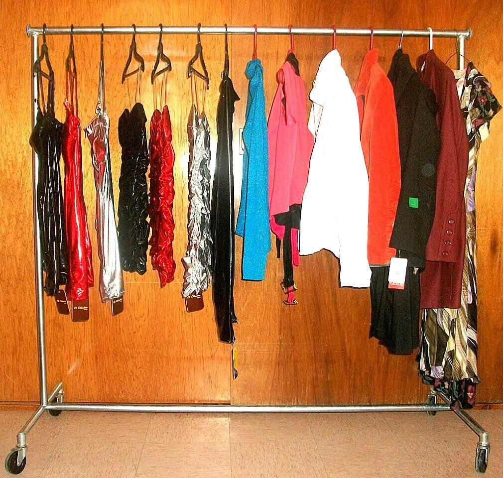 Mueble colgador de ropa practico para despues de for Colgador ropa pared
