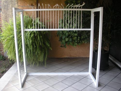 mueble de aluminio para exhibir colchas, manteles