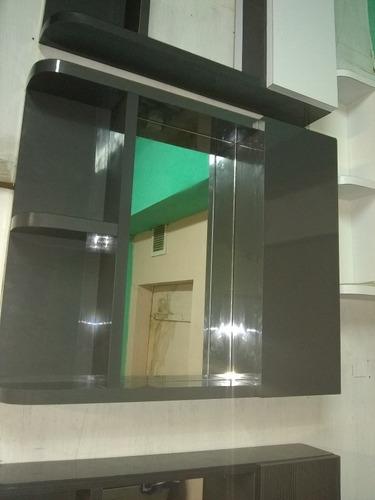 mueble de baño con repisa y espejo