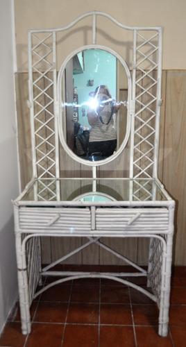 mueble de caña con espejo
