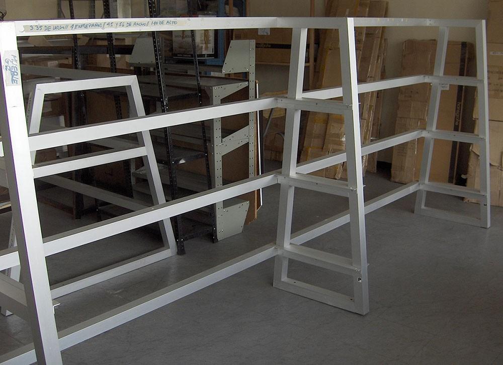 Mueble en aluminio anodizado con 4 entrepa os de vidrio for Mueble de aluminio exterior