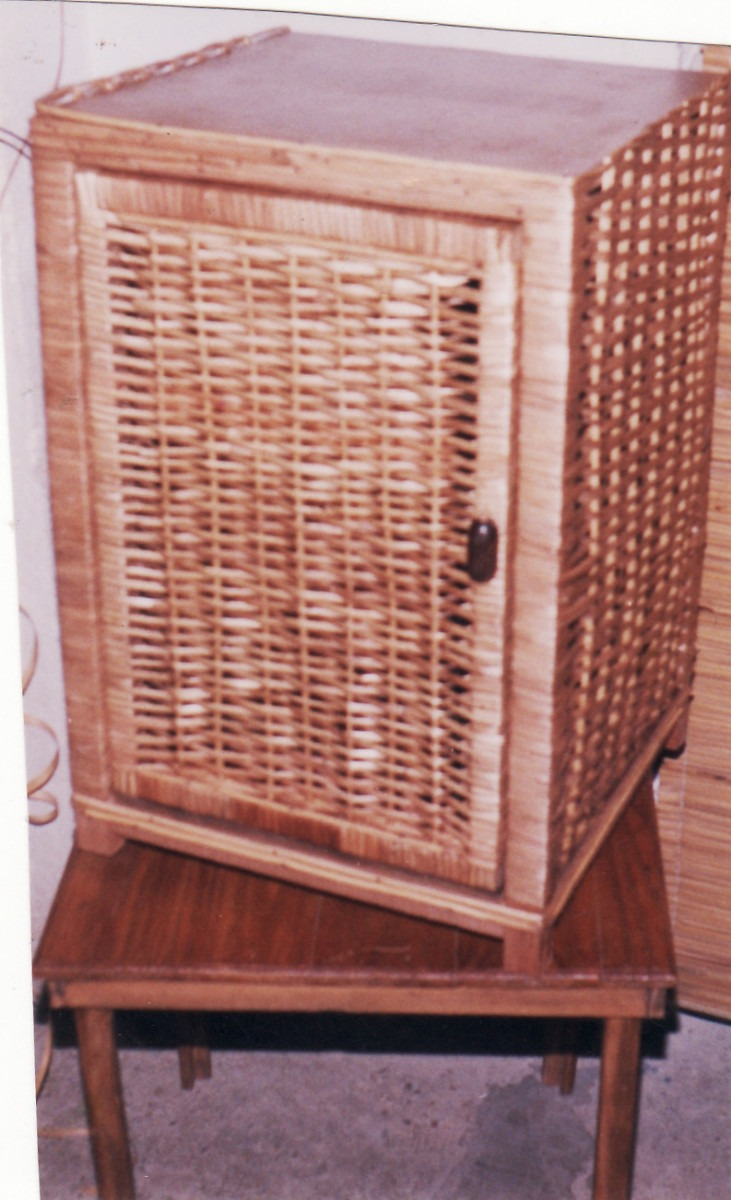 mueble en mimbre con un estante al medio por encargue