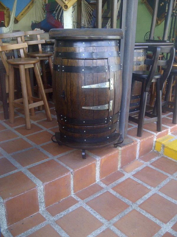 Mueble mini bar en madera artesana medio barril bs 1 for Barril mueble bar