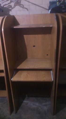 mueble para computadora, en madera, útil para cyber cafés.