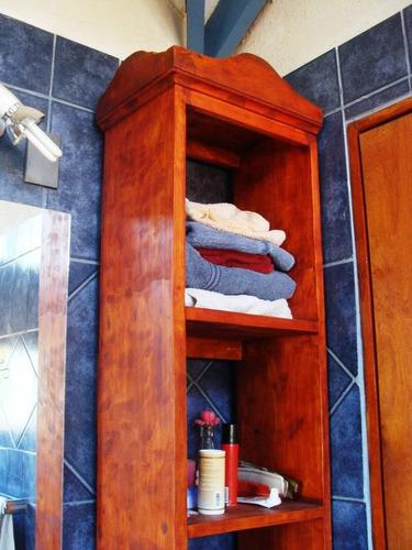 mueble toallero con estanterias para baños estilo vintage