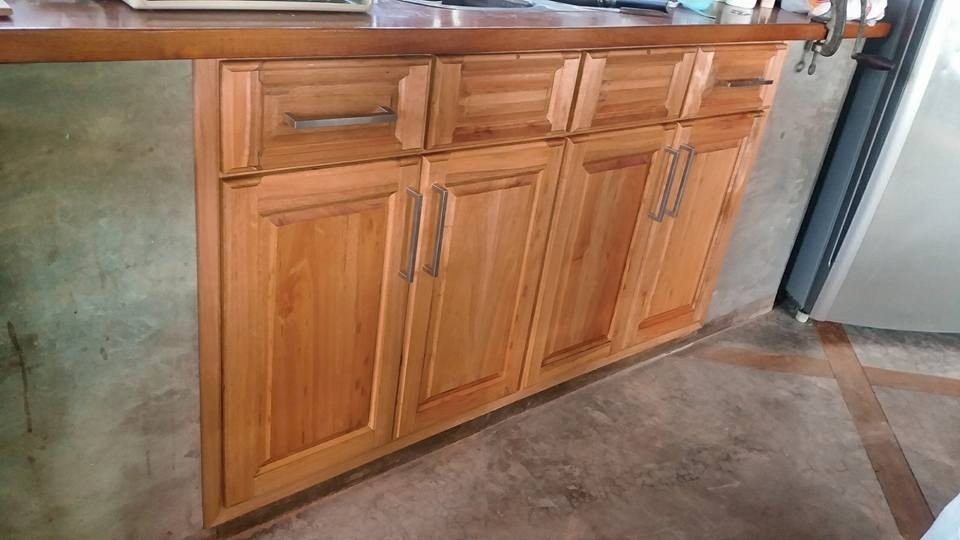 Muebles bajo mesadas a medida cocina madera carpintero for Cocinas enteras