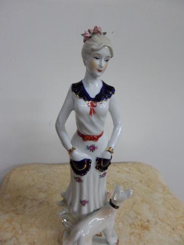 mujer de porcelana con perro