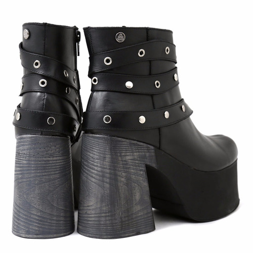 mujer marca bota