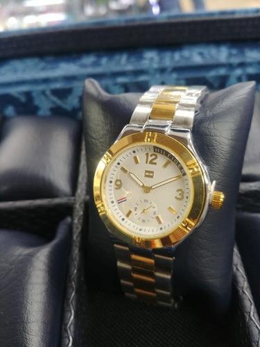 mujer pulso reloj