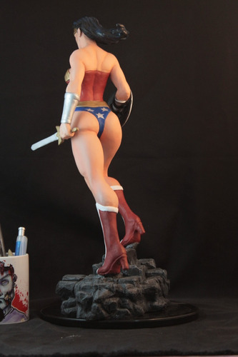 mulher maravilha escultura em resina 42cm