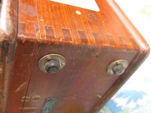 mundo vintage: antiguo voltimetro en caja madera machimbrado