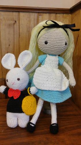 muñeca alicia en el pais de las maravillas tejida al crochet
