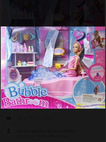 muñeca con bañera y variós accesorios para baño y