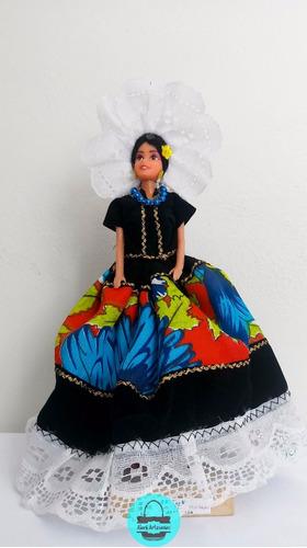 muñeca con traje de tehuana, típico oaxaqueña