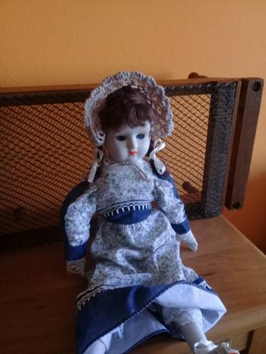 muñeca de porcelana y camita antigua