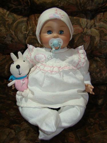 muñeca marca  kacha , de plástico y tela rellena