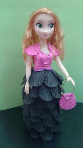 muñeca vestida de goma eva