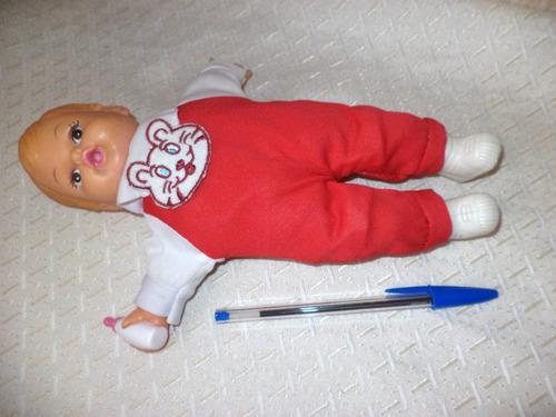 muñeco de goma y género musical al apretar su pecho pin pon