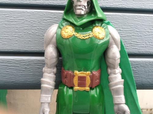muñeco doctor doom los 4 fantásticos marvel titan hero serie