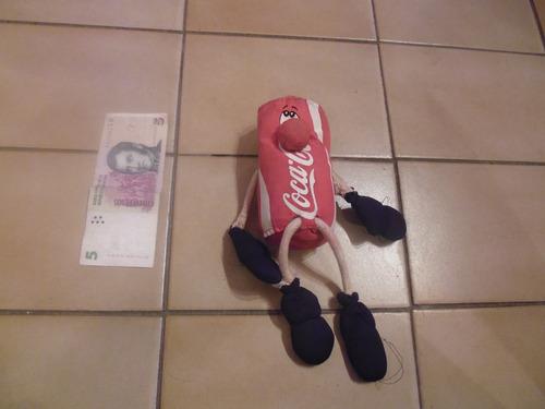 muñeco relleno lata de coca cola de propaganda