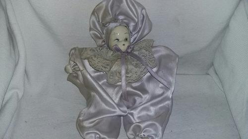muñequita antigua con cuerpo de tela y cabeza de ceramica