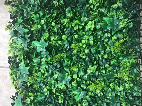 muro verde. placas de follaje sintético para decoración