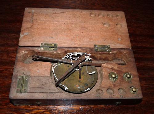 muy antigua balanza de bolsillo caja de madera. curio-city