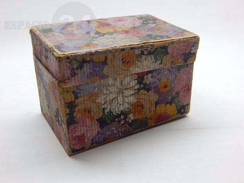 muy antigua caja de zapatos de niña/o forrada papel flores