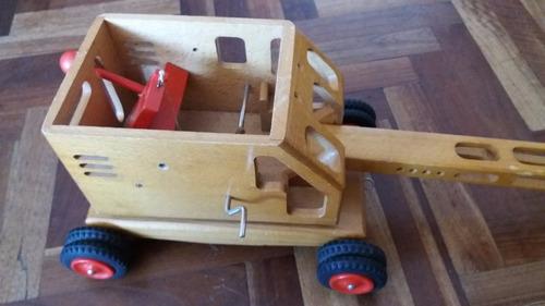 muy antiguo camión grúa de madera - década del 70