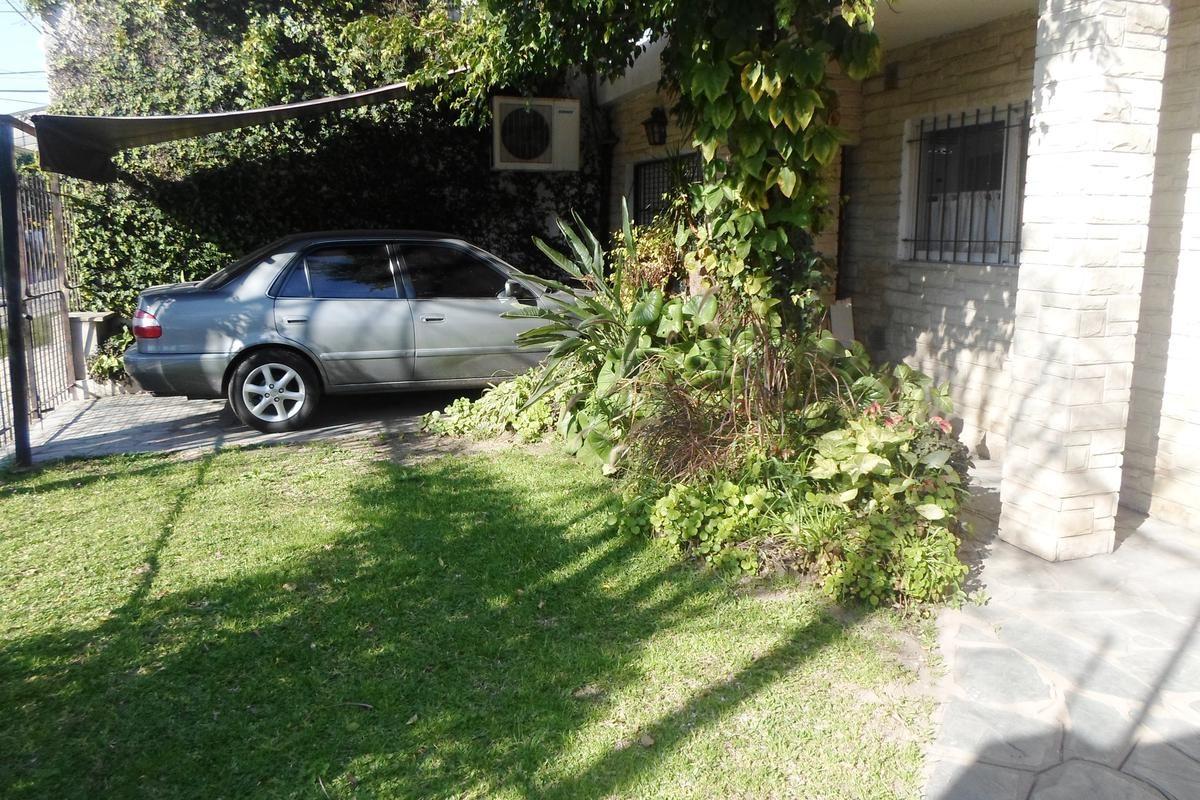 muy buen chalet 3 ambientes con entrada de auto. garage, jardin, quincho y terraza.