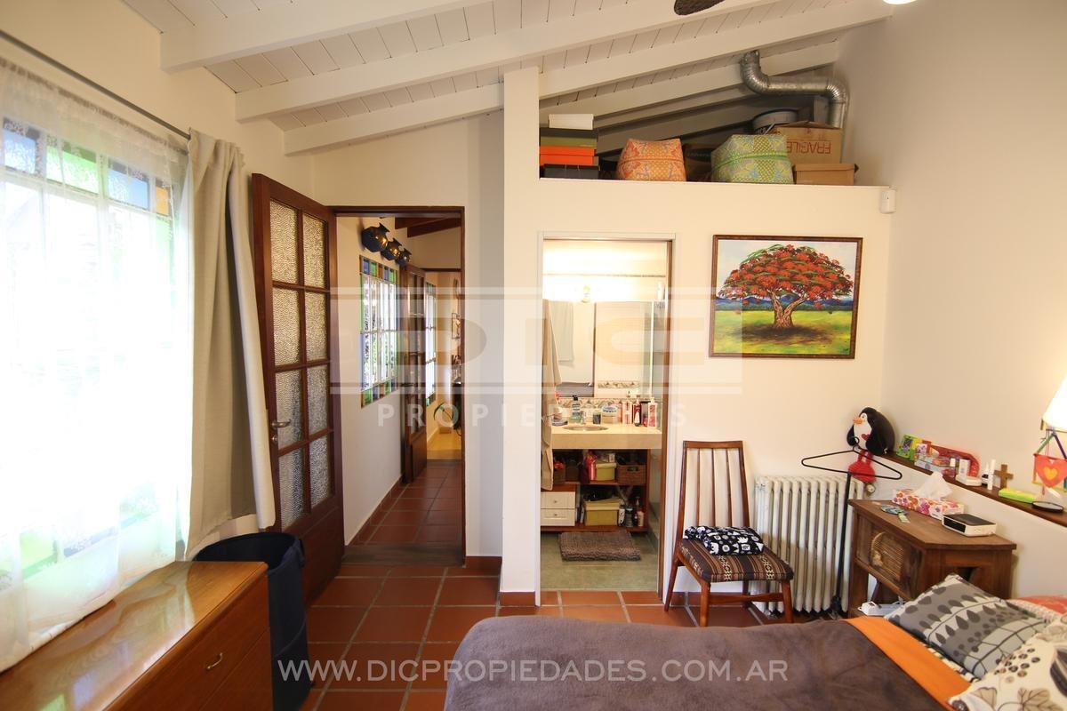 muy buen chalet en zona residencial, 4 dormitorios , espectacular jardin, reciclado a nuevo .