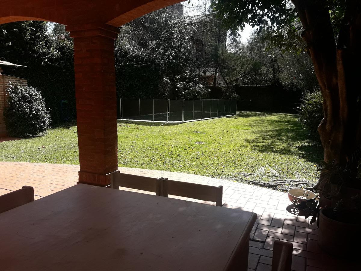 muy buen chalet próximo a av. libertador - amplio jardín, pileta, dependencia, cochera p/ 3 autos